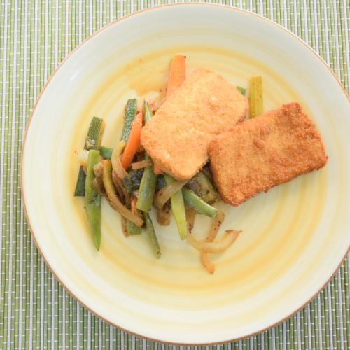 tofu empanado con salsa de curry